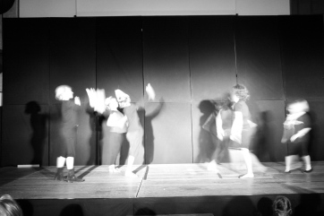 Bild: Aufführung der Gruppe beim Schüler-Sommer-Theater