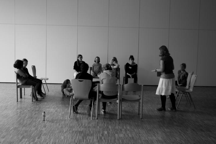 """Bild: Franziska Rieger bei der Moderation von """"Theater Direkt"""""""